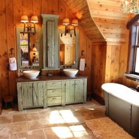 Старая мебель в ванной деревенского стиля