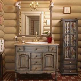 Шкаф-пенал у стены бревенчатого дома