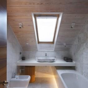 Узкое окно в потолке ванной комнаты