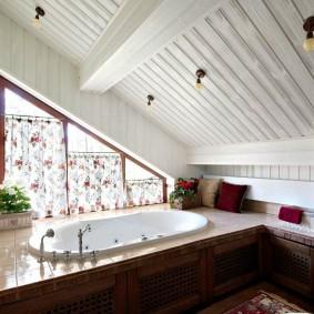 Встроенная ванна в мансардном помещении