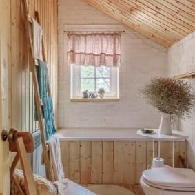 Уютная ванная комната в загородном доме