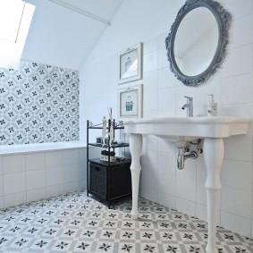 Стильный умывальник в ванной деревянного дома