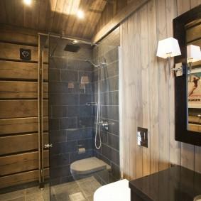 Компактный душ в углу срубового дома