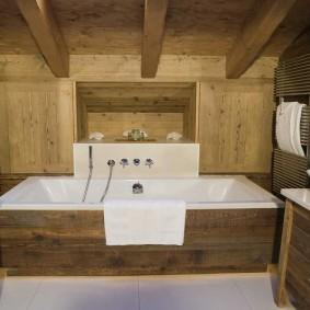 Мебель из дерева в интерьере ванной комнаты
