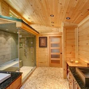 Наклонный потолок с деревянной обшивкой