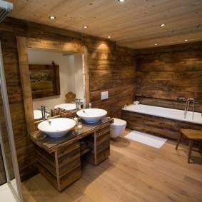 Деревянный стульчик в просторной ванной