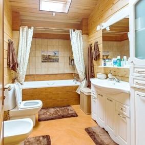 Белая мебель в ванной деревенского дома