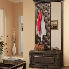 Вешалка с узким зеркалом в прихожую комнату