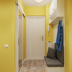 Светлая мебель в прихожей с желтыми стенами