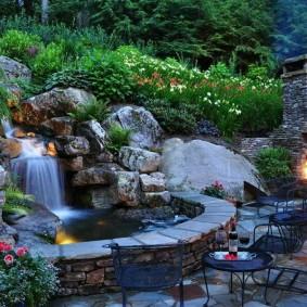 Каскадный водопад на участке с уличным камином