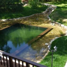 Плавательный бассейн в пруду на даче