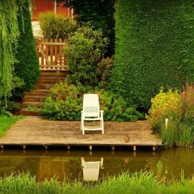 Садовое кресло на площадке из досок