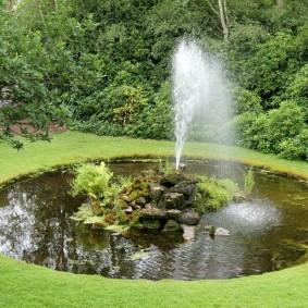 Круглый пруд с фонтаном по центру
