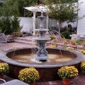 Садовый фонтан круглой формы