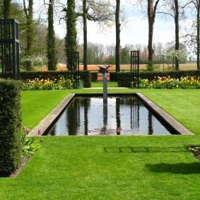 Прямоугольный водоем в саду формального стиля