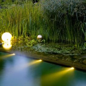 Ночное освещение на участке с водоемом