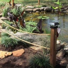 Садовые фонарики на деревянных столбиках