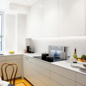 естественное освещение в белой кухне