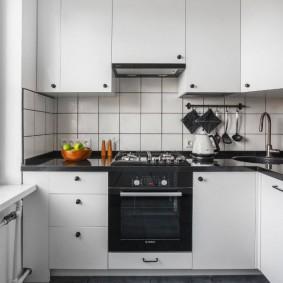 Компактная кухня со встроенной техникой