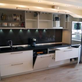 Встроенная кухня с холодильником с нержавейки