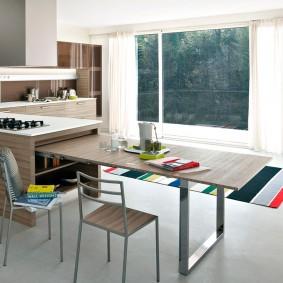 Выдвижной стол в просторной кухне