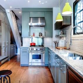 Встроенная мойка под окном на кухне