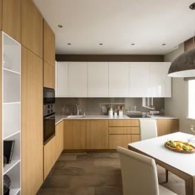 Обеденный стол по диагонали кухни