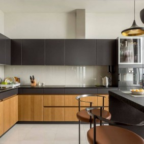 Серо-коричневый гарнитур для просторной кухни