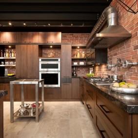 Лофтный дизайн на кухне с кирпичной стеной