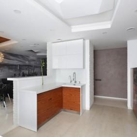 Двухуровневый потолок кухни в квартире студии