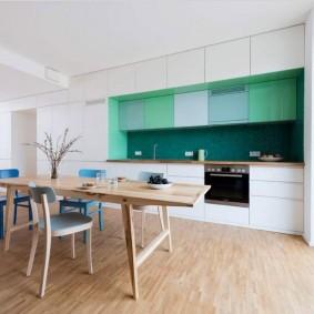 Зеленый фартук на кухне с белой мебелью