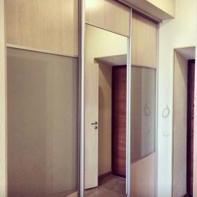 Купейный шкаф с дверцами на алюминиевом каркасе
