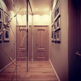 Зеркальный шкаф в интерьере узкого коридора