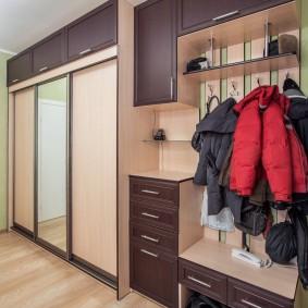 Осенние куртки на вешалке в коридоре
