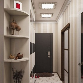 Квадратные светильники на потолке коридора