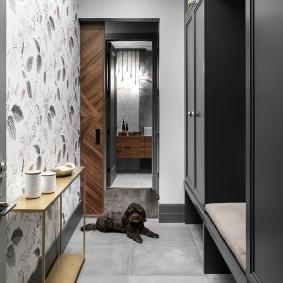Темно-серая мебель в узком коридоре