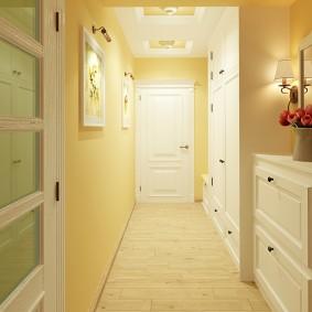 Желтые стены в светлом коридоре