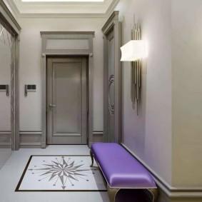 Сиреневая обивка лавочки в коридоре