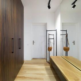 Темно-коричневые шкафы встроенные в стену