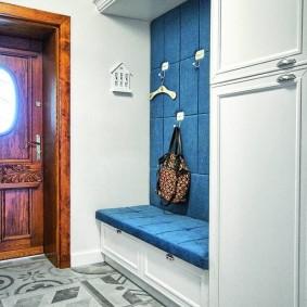 Синяя обивка банкетки с ящиками для обуви