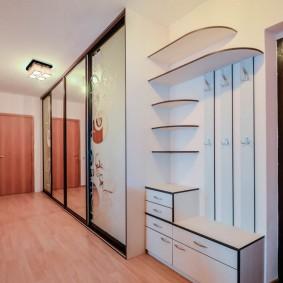 Длинный коридор со шкафом купейной конструкции