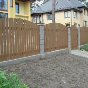 Деревянные секции забора на сборных бетонных столбах