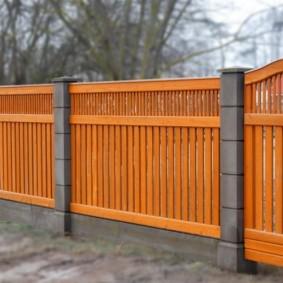 Забор из дерева на бетонных опорах
