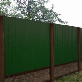 Глухой забор с бетонным цоколем