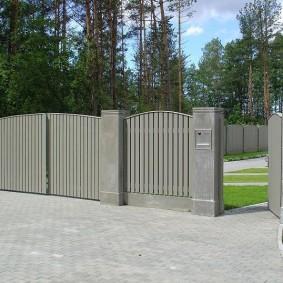 Мощение брусчаткой подъезда к воротам