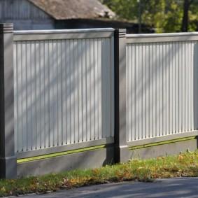 Пластиковый забор на бетонных опорах