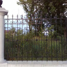 Кованное ограждения садового участка