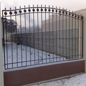 металлический забор из тонких прутьев