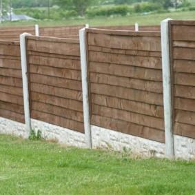 Деревянный забор на загородном участке с уклоном