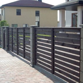 Комбинированный забор из современных материалов